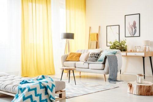 En stue hvor der er blevet brugt lyse farver