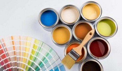 pensel og maling til at indrette sammen