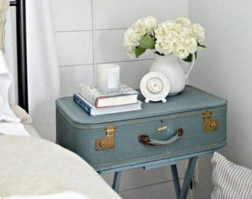 rejsekuffert som sengebord