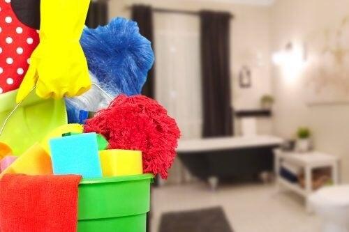 Brug en rengøringsspand til at bære rengøringsmidlerne rundt