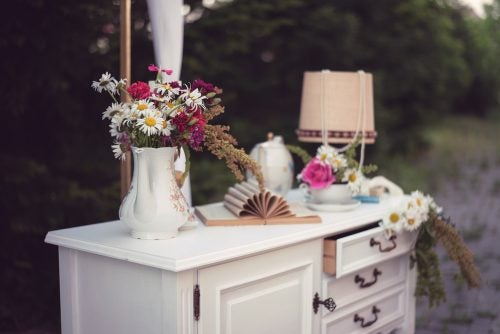 Et skrin med en vase og blomster
