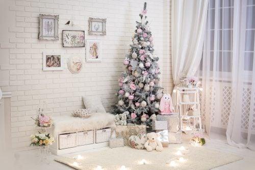 Et værelse med billeder og et juletræ