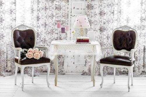 To stole og et bord dekoreret i shabby chic
