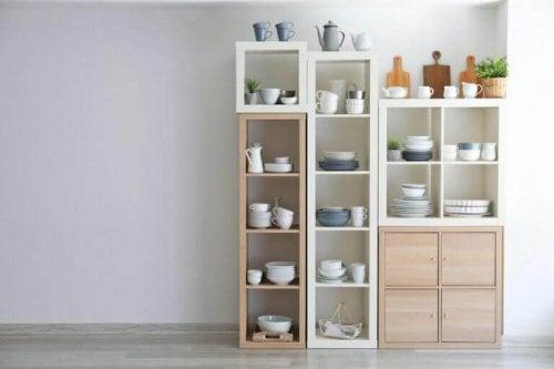 reolsystem med porcelæn