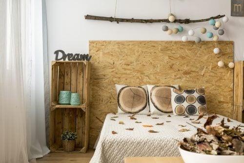 Soveværelse fyldt med efterårsdekorationer