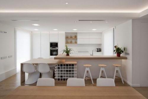 En spisestue og et køkken i ét lokale