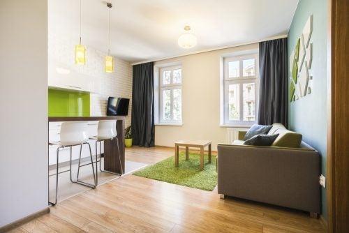Stue med okkerfarvede og grønne toner