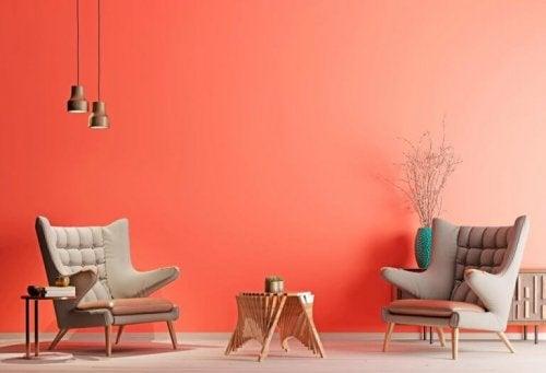 stue med laksefarvet væg