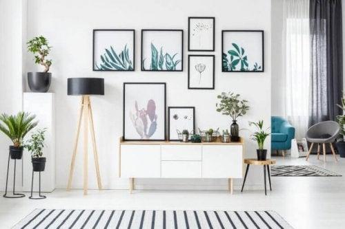 personlig indretning af stue med mange planter