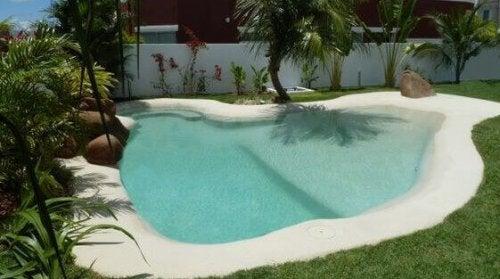 svømmepøl som strand i baghaven