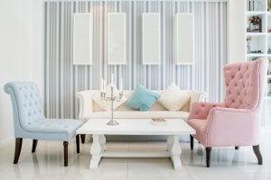 Lys stue med blå og pink sofastole