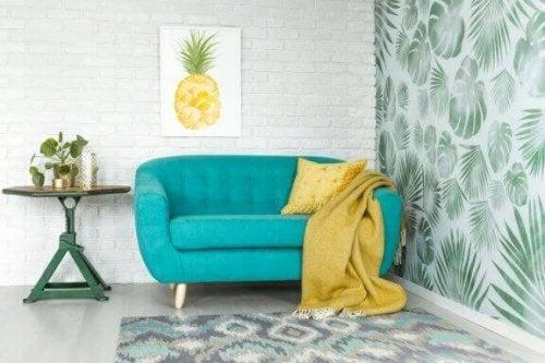 tyrkis sofa med gult tæppe