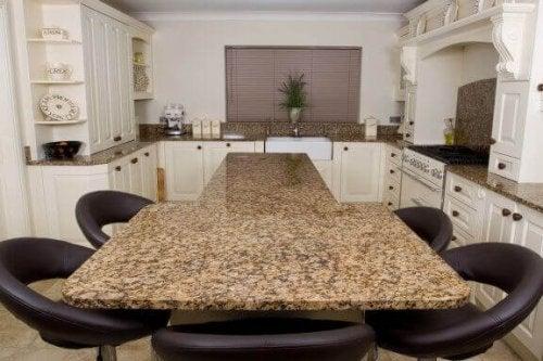 u-formet køkken med bord i midten