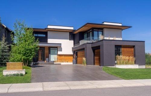 indkørslen til et moderne hjem