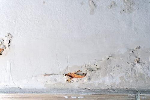 Væg med revner grundet fugtproblemer
