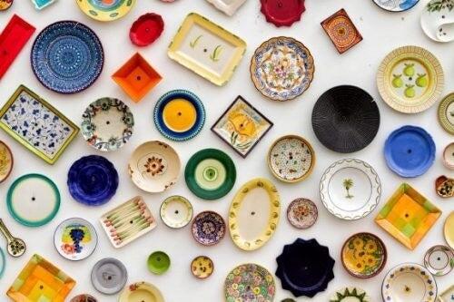 Sådan dekorerer du dine vægge med tallerkener