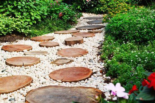 Byg en træsti der er lavet med træskiver