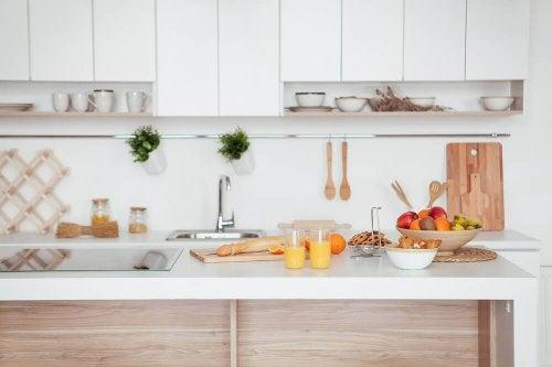 10 måder til at få dit køkken til at virke større