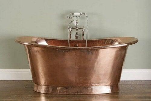 Et antiktlignende badekar i vintagekobber