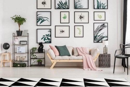 En væg i stuen med mange billeder