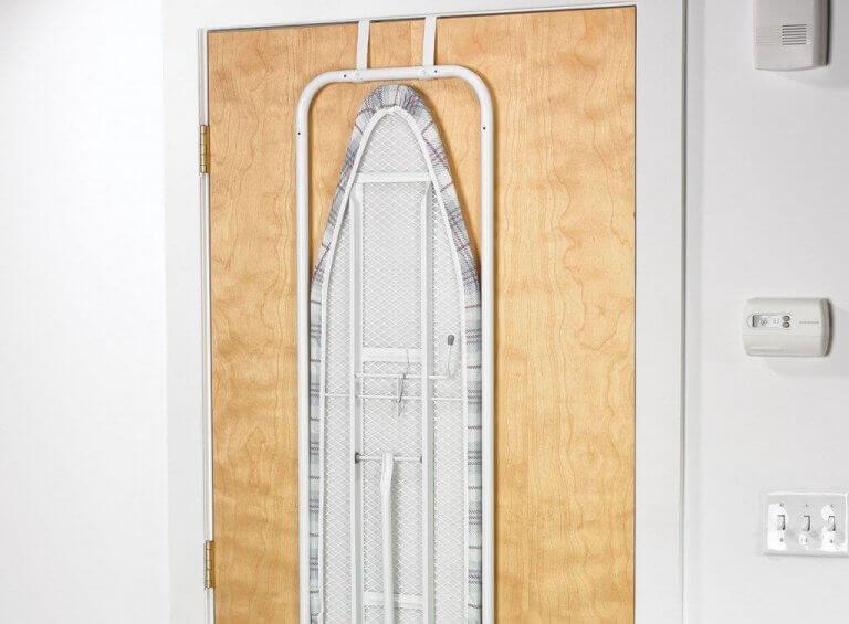 eksempel på at opbevare dit strygebræt på en dør