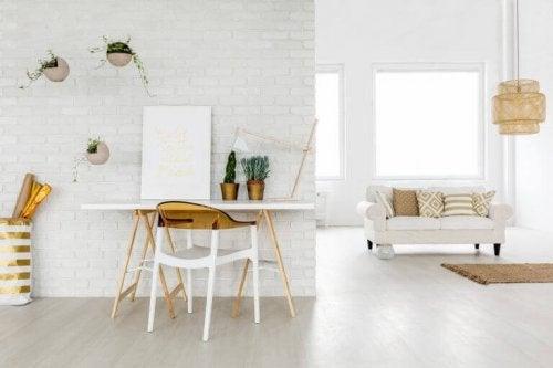 en hvid stue med guld