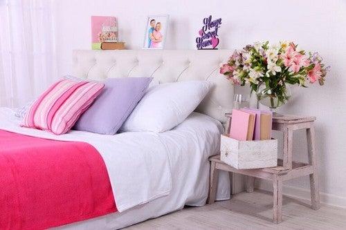 Farverigt soveværelse med detaljer