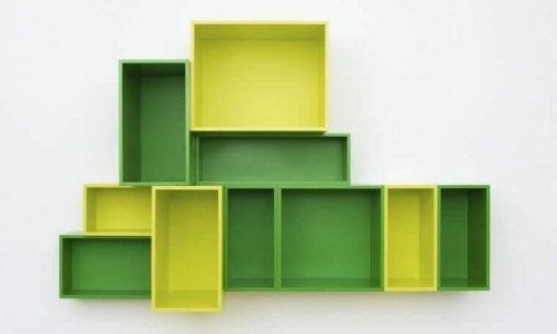 firkantede hylder i grøn og gul