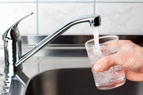 Glas med renset vand