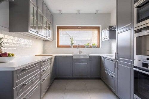 grå nuancer i monokrome køkkener