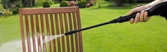 Brug en højtryksrenser til at rengøre møbler, gulve, tag og alt andet, du måtte ønske.