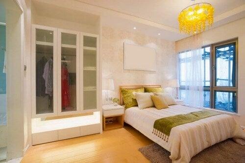 Klædeskabet i soveværelset er som regel det største møbel