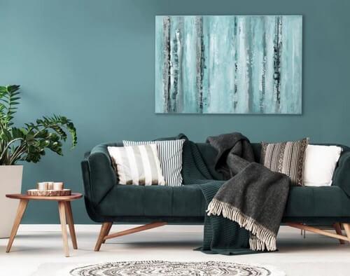Et enkelt kunstværk, der hænger over sofaen