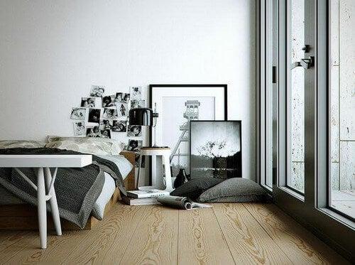 Lænende billeder på gulvet i soveværelset