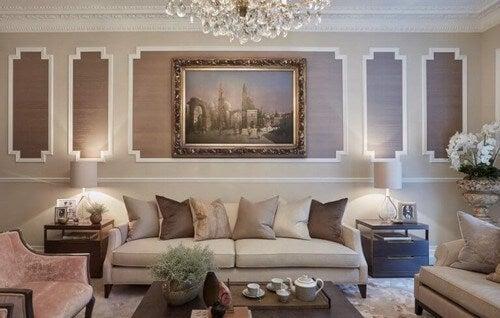 En stue, der emmer af luksuriøs elegance