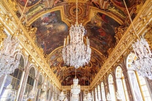 Store lysekroner er et must i en Versailles-indretning