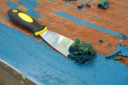 Brug en malingskraber til at fjerne overskydende maling