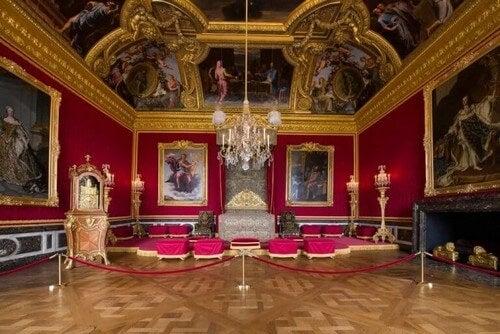 Den røde farve er et must i en Versailles-indretning