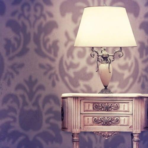 Nymalet natbord med lampe