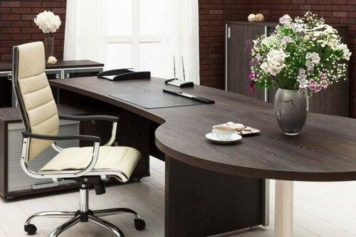 Skrivebordet er fokuspunktet på kontoret