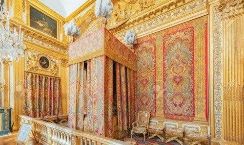 Soveværelse med himmelseng i barokstil