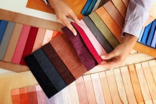 Pynt med stofmaterialer for at få dit hjem til stråle