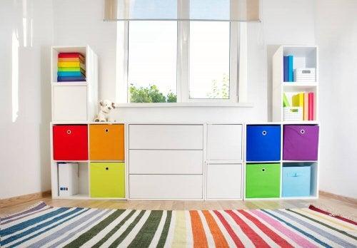 her et møbel med farver til opbevaring