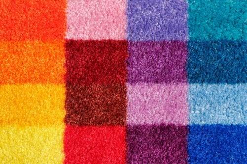 tæppe med geometriske mønstre