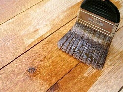 Træmøbel bliver lakeret
