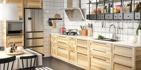 vertikal opbevaring for at få et køkken til at virke større