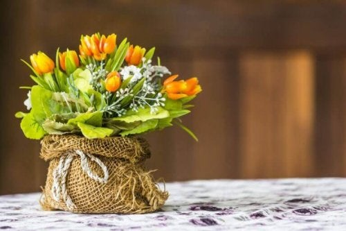 buket med blomster i kurv
