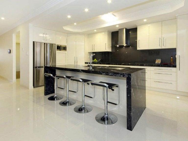 en minimalistisk indretning af et køkken