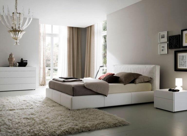 en minimalistisk indretning af et soveværelse
