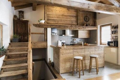 Et rustikt køkken med et landligt præg